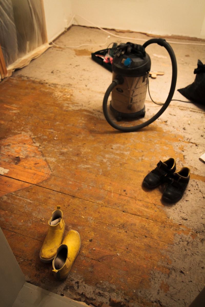 Toisen päivän jälkeen lattiasta n. 1/5 saatu paljaaksi