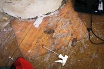 Pönttöuunin eduspellin paikka näkyy lattiassa