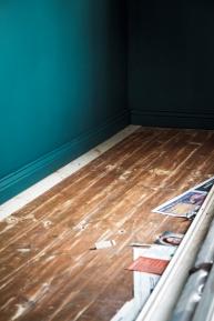 Olohuoneen lattian ensimmäinen lankku on uusittu joskus. Alkuperäinen on jouduttu todennäköisesti rikkomaan lattiaa avatessa. Vaaleampi lankku sai jäädä näkyviin hauskana yksityiskohtana.