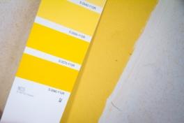 Kirkkaan keltainen keittiökalusteiden väri on lähes sama mikä keittiön seinissäkin on joskus ollut.