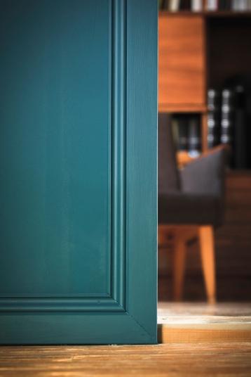 Seinän värinen jalkalista jatkuu kiertämään oviaukkoa.