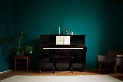 Piano pääsi omalle paikalleen. Olohuoneen värien valinnassa on otettu alusta asti huomioon pianon musta väri.