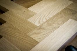 Tammista työtasoa tehdään Taipuu Woodworksin verstaalla.