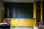 Uusi keittiö valmistumassa. Taustaseinää ja kattoa vielä maalataan.