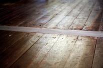 Vanha lankkulattia, johon on tehty uusi kynnys.