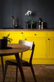 Uusi keltainen keittiö vanhassa kodissamme.